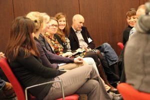 Bestens gelaunt und aktiv dabei - das Publikum beim Social Web Breakfast